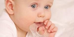 лезут зубы у ребенка симптомы и лечение